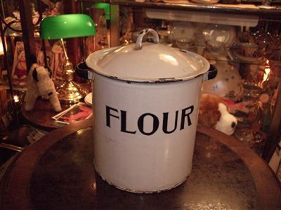 ホウロウの小麦粉缶